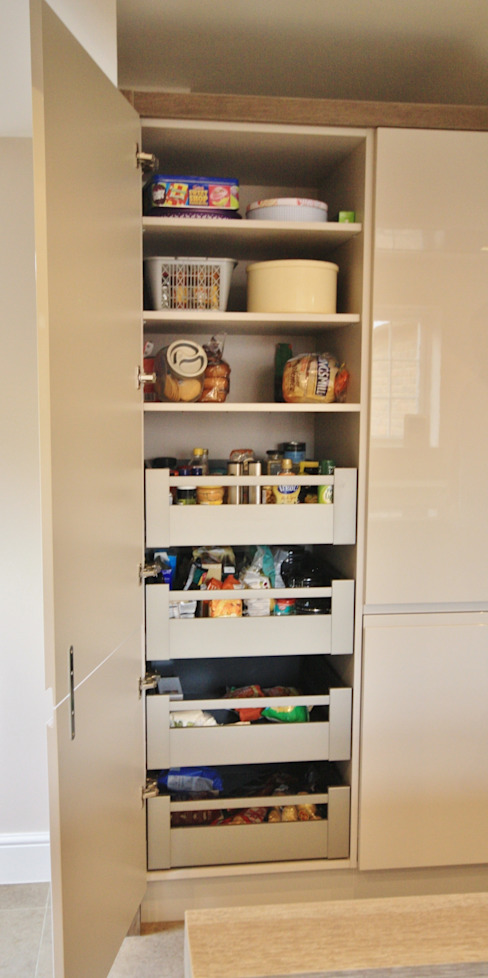 Storage drawers which pull straight out so you can reach it all Modern kitchen by Kitchencraft Modern