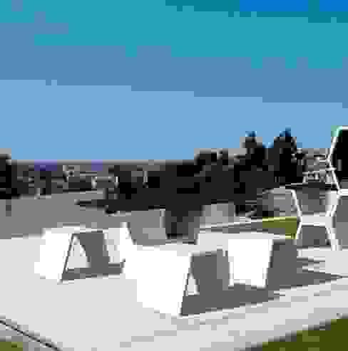 Mobilier design en béton composé d'une table et de ses bancs, sobre et raffiné à la fois en situation Brin de Jardin JardinMeubles