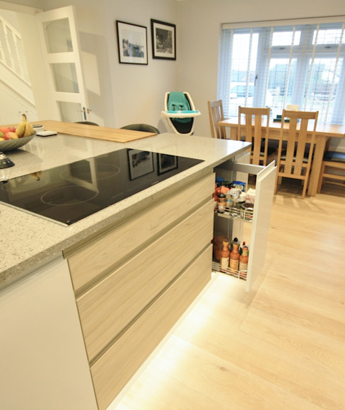 Small pull out larder located next to the hob, great for convinient cooking by Kitchencraft Modern