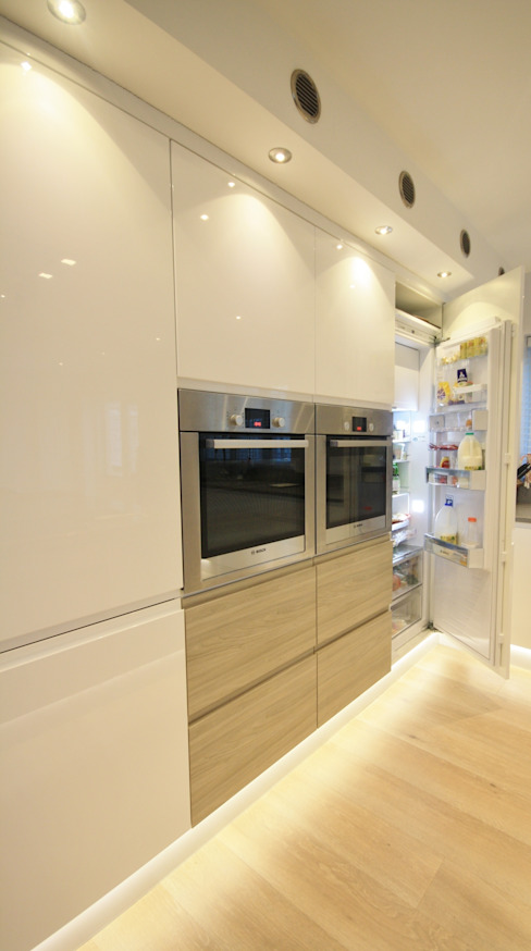 Large fridge located in bank of towers next to the ovens. من Kitchencraft حداثي