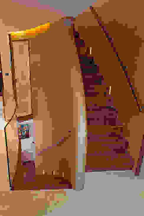 Hampstead P1, NW3 Pasillos, vestíbulos y escaleras de estilo moderno de XUL Architecture Moderno