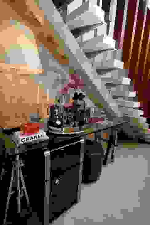 Hầm rượu phong cách kinh điển bởi Carolina Fagundes - Arquitetura e Interiores Kinh điển