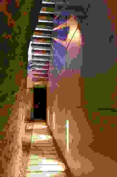 Corredores, halls e escadas minimalistas por Ascoz Arquitectura Minimalista