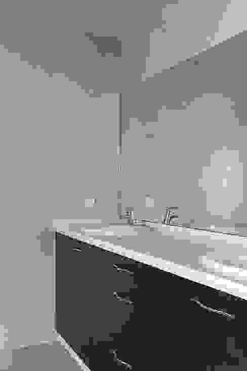 Banheiros modernos por Ardes Arquitectos Moderno