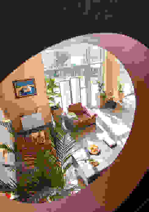 Круглое окно на лестнице. Коридор, прихожая и лестница в эклектичном стиле от homify Эклектичный