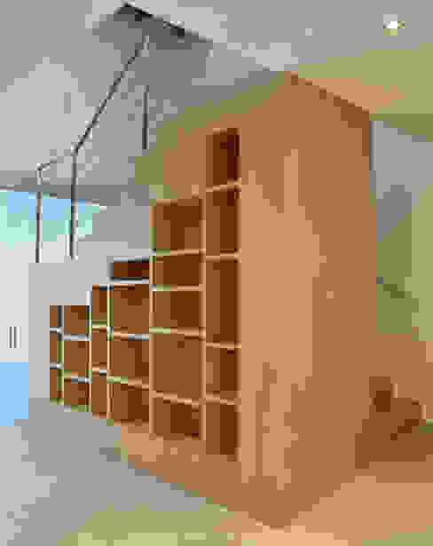 MBVB Arquitectos Minimalist corridor, hallway & stairs