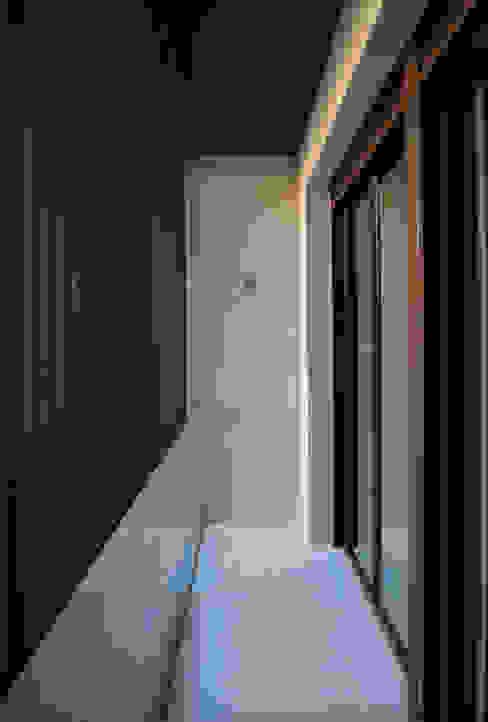 VIVIENDA UNIFAMILIAR EN ALMANSA Balcones y terrazas de estilo minimalista de MBVB Arquitectos Minimalista