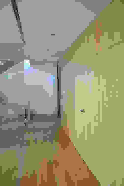 Paredes y pisos de estilo minimalista de MBVB Arquitectos Minimalista