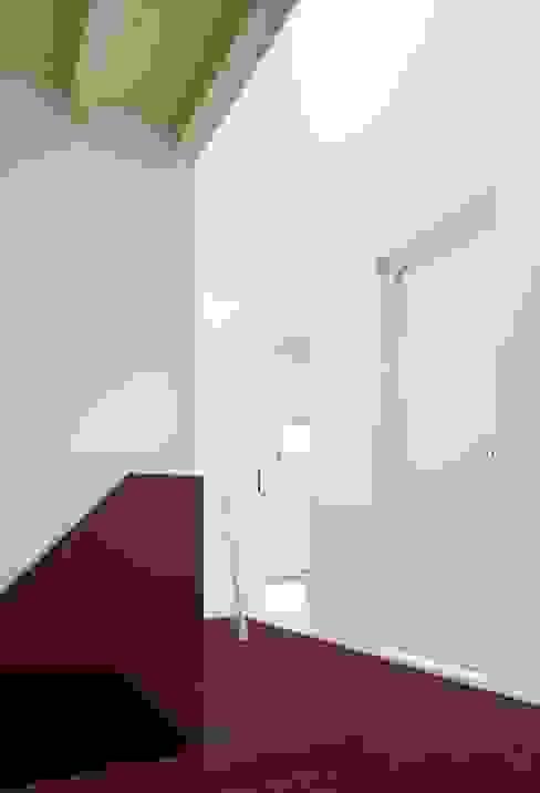 Nowoczesny korytarz, przedpokój i schody od AMUNT Architekten in Stuttgart und Aachen Nowoczesny