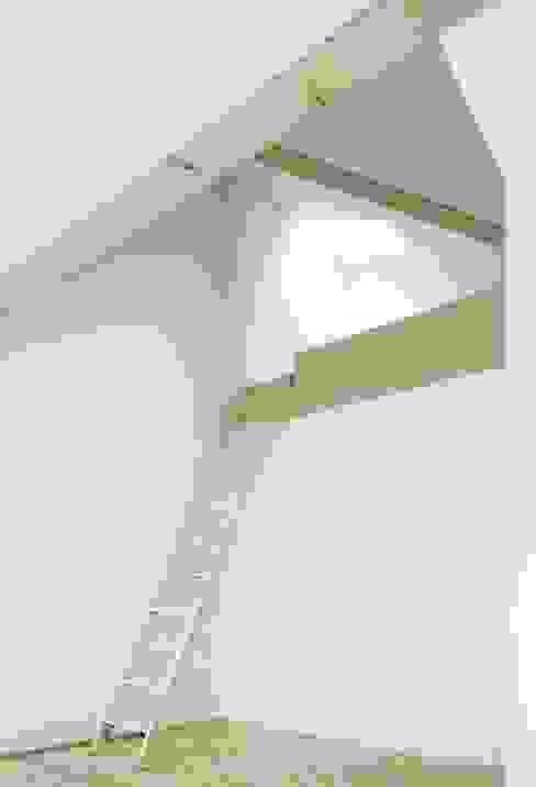 Nowoczesny pokój dziecięcy od AMUNT Architekten in Stuttgart und Aachen Nowoczesny
