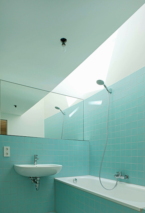 Moderne badkamers van AMUNT Architekten in Stuttgart und Aachen Modern