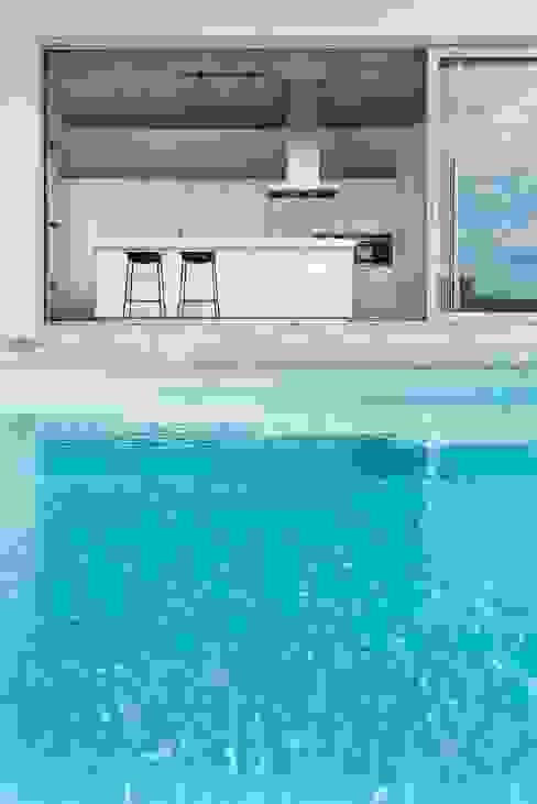 Piscinas de estilo minimalista de Ascoz Arquitectura Minimalista