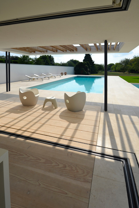 River House - External view of canopy, pool and garden Piscinas modernas por Selencky///Parsons Moderno