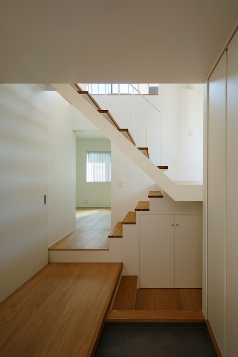 Modern Corridor, Hallway and Staircase by 向山建築設計事務所 Modern Wood Wood effect