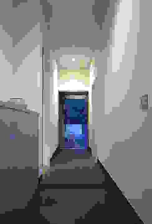 下田の家 モダンな 壁&床 の TAMAI ATELIER モダン