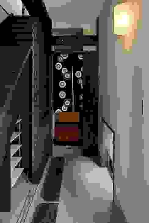 八潮の家: TAMAI ATELIERが手掛けた廊下 & 玄関です。,クラシック