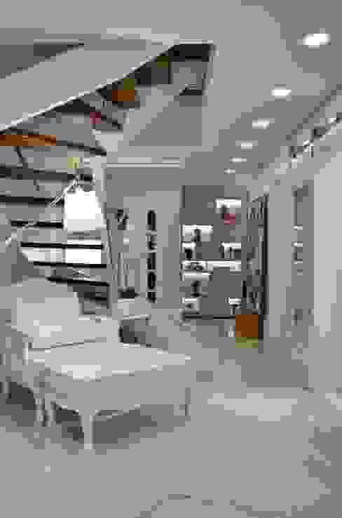 Modern corridor, hallway & stairs by Tania Bertolucci de Souza | Arquitetos Associados Modern