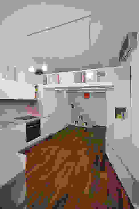 Salas / recibidores de estilo  por Okapi,