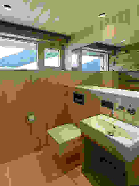 Ванная комната в стиле кантри от HAMMERER Architekten GmbH/SIA Кантри
