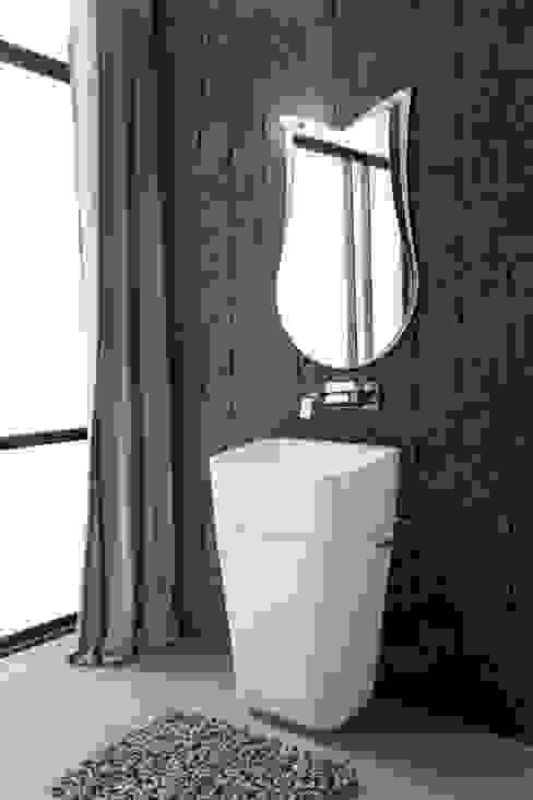 """La pietra di Spalato a """"spaccatello"""" firmata VALPIETRA® arreda il bagno Bagno minimalista di VALPIETRA® Minimalista"""