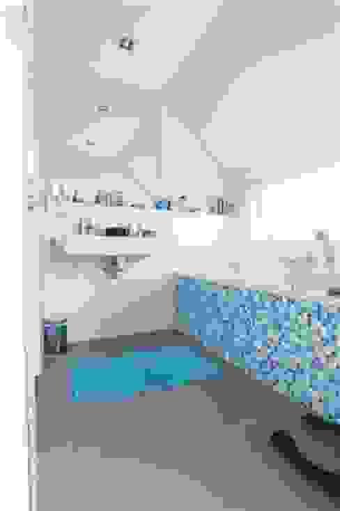 Betonlook gietvloer in badkamer:  Badkamer door Motion Gietvloeren,