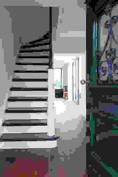 Nowoczesny korytarz, przedpokój i schody od Corneille Uedingslohmann Architekten Nowoczesny