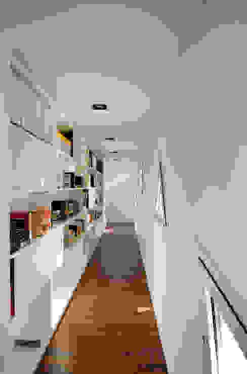 Vivienda unifamiliar en Navàs. Distribuidor eidée arquitectes S.L.P. Pasillos, halls y escaleras minimalistas