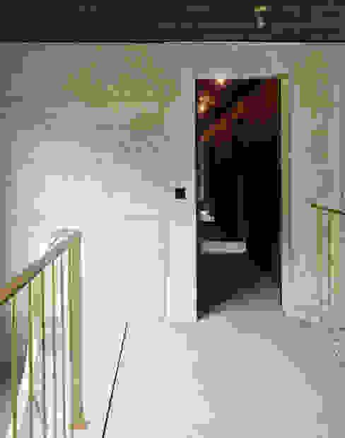 Eklektyczny korytarz, przedpokój i schody od :mlzd Eklektyczny