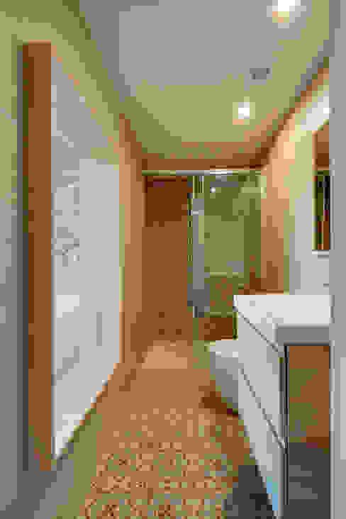 Casas de banho mediterrânicas por Lara Pujol | Interiorismo & Proyectos de diseño Mediterrânico