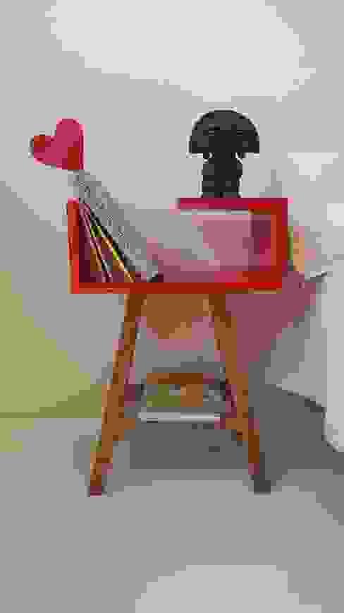 Stolik nocny czerwony w stylu skandynawskim od ACOCO DESIGN Skandynawski Drewno O efekcie drewna