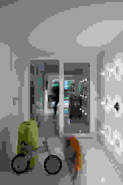 DOM W POZNANIU Eklektyczny korytarz, przedpokój i schody od oyster Eklektyczny