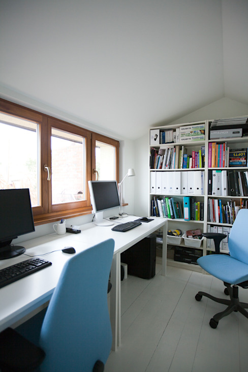 DOM W POZNANIU Nowoczesne domowe biuro i gabinet od oyster Nowoczesny