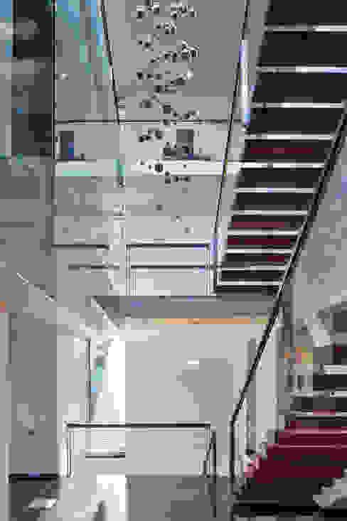 Pasillos, vestíbulos y escaleras modernos de RS+ Robert Skitek Moderno