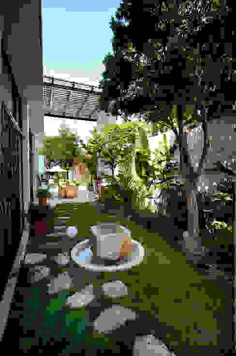 Modern style gardens by Taller Estilo Arquitectura Modern