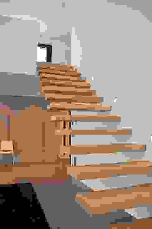 Minimalistyczny salon od lc[a] la croix [architekten] Minimalistyczny