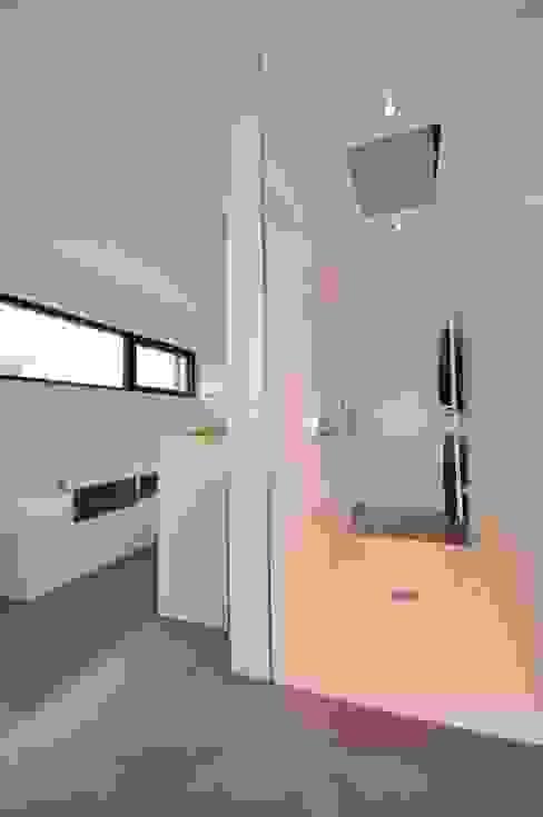 Minimalistyczna łazienka od lc[a] la croix [architekten] Minimalistyczny