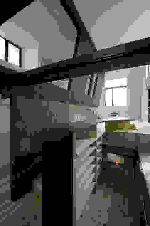 スキップフロアのダイニングキッチン モダンデザインの ダイニング の 一級建築士事務所 笹尾徹建築設計事務所 モダン