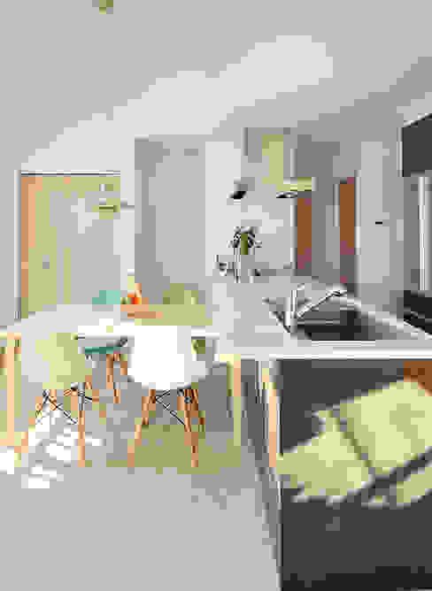 大空間のウッドデッキはプライベートパーク カントリーデザインの キッチン の 株式会社ビルドアート カントリー