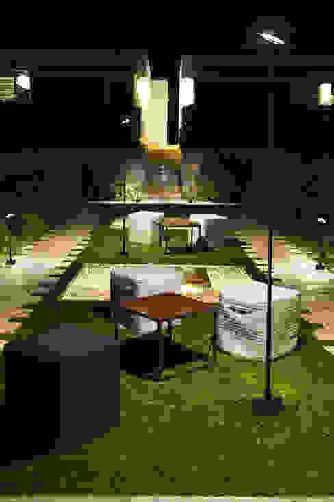 INVISIBLE (THE ONE 2015) Jardines de estilo moderno de LEDS-C4 Moderno
