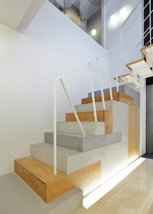 Modern Corridor, Hallway and Staircase by 平野智司計画工房 Modern Stone