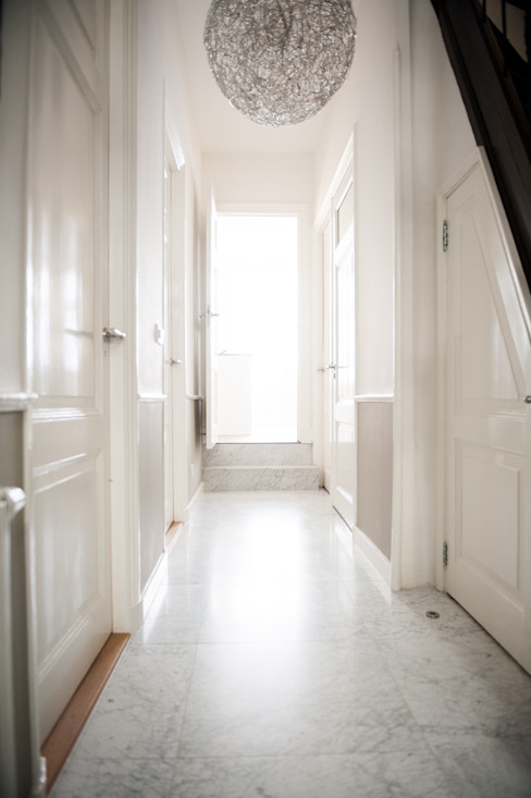 Pasillos, vestíbulos y escaleras modernos de Studiohecht Moderno