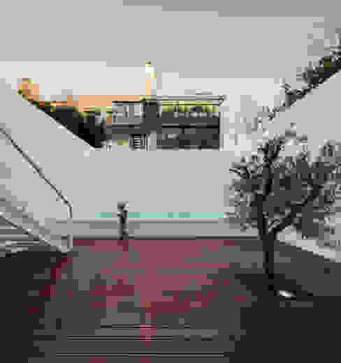 بلكونة أو شرفة تنفيذ João Tiago Aguiar, arquitectos, تبسيطي