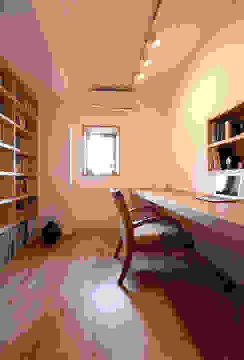Modern study/office by 鈴木隆之建築設計事務所 Modern