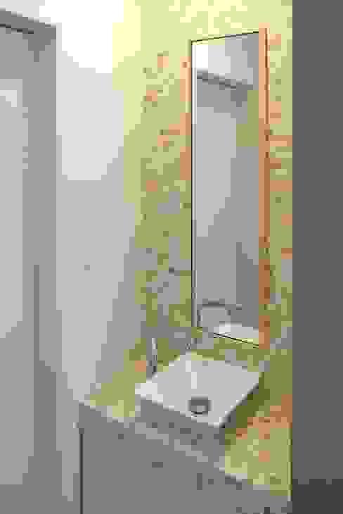 玄関ホール脇にある手洗い モダンスタイルの 玄関&廊下&階段 の シーズ・アーキスタディオ建築設計室 モダン