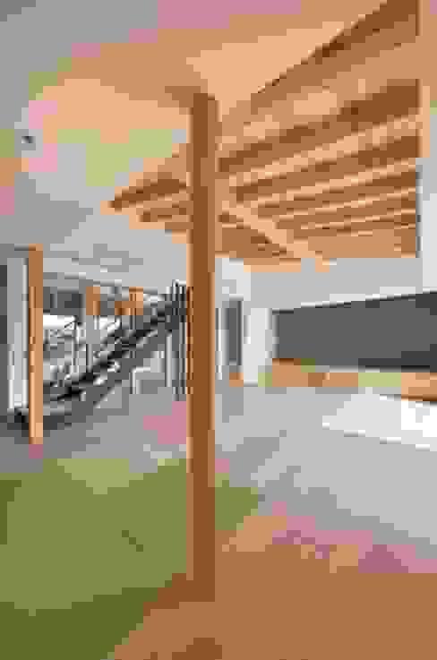 和モダンの家: 岩田建築アトリエが手掛けたリビングです。,和風