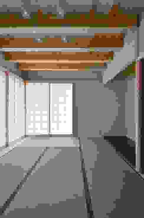 和モダンの家: 岩田建築アトリエが手掛けた和室です。,和風