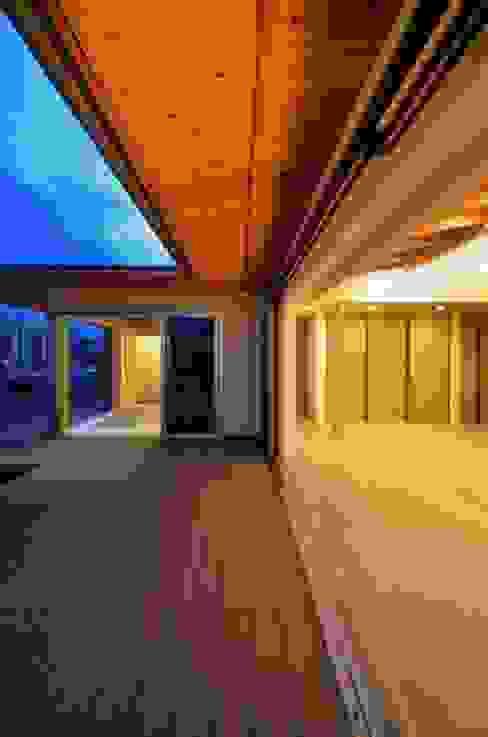 和モダンの家: 岩田建築アトリエが手掛けたテラス・ベランダです。,和風