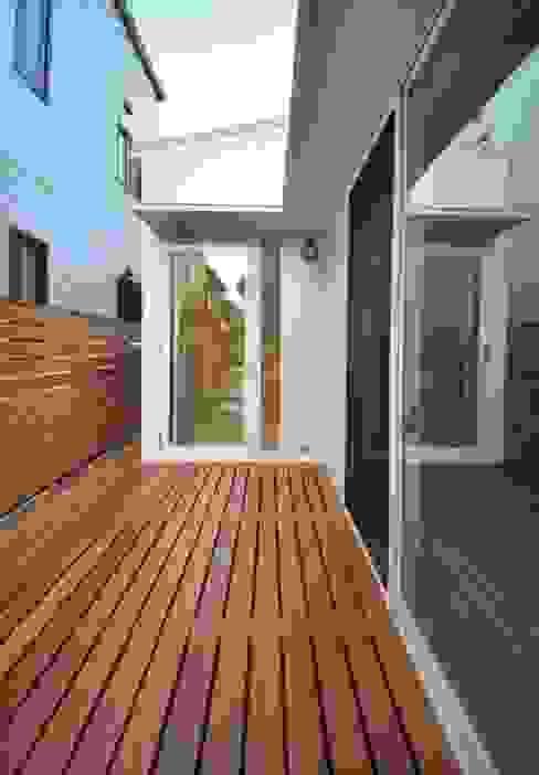ユキイロノイエ モダンデザインの テラス の 岩田建築アトリエ モダン