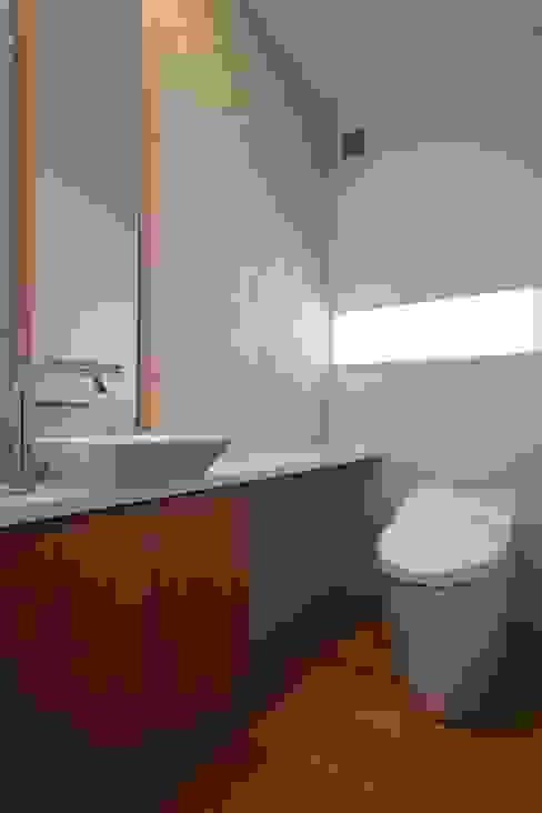Moderne badkamers van シーズ・アーキスタディオ建築設計室 Modern