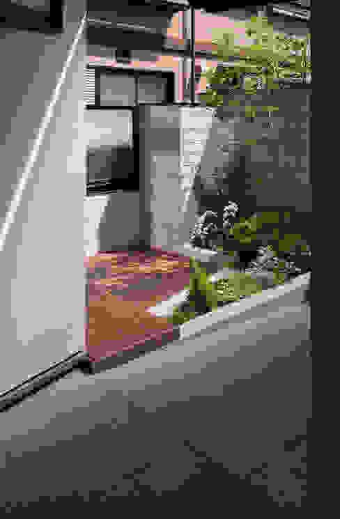 玄関ポーチ脇の親世帯の前庭 モダンな庭 の シーズ・アーキスタディオ建築設計室 モダン